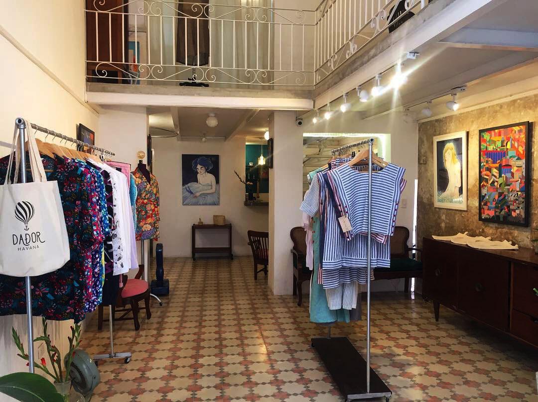Vestidos, camisas, guayaberas y pantalones son algunas de las piezas que ofrece Dador.