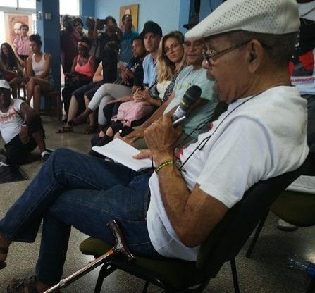 El periodista y activista Tato Quiñones compartió con un público diverso su investigación sobre homosexualidad y religión afrocubana. Foto SEMLAC CUBA