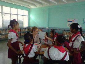 Denise Ocampo intercambia con las participantes en el taller durante una de las sesiones de trabajo.