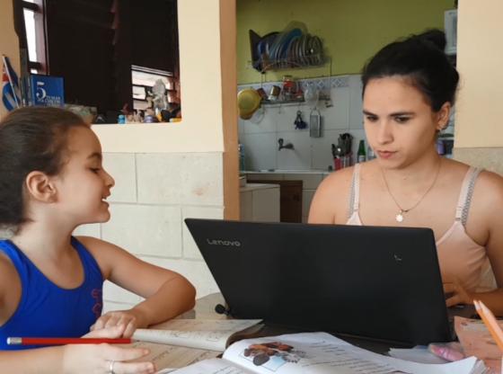 La nueva rutina de Rosy Amaro pasa por convertir su sala en set de Tv, con su hija como ayudante. Foto cortesía entrevistada
